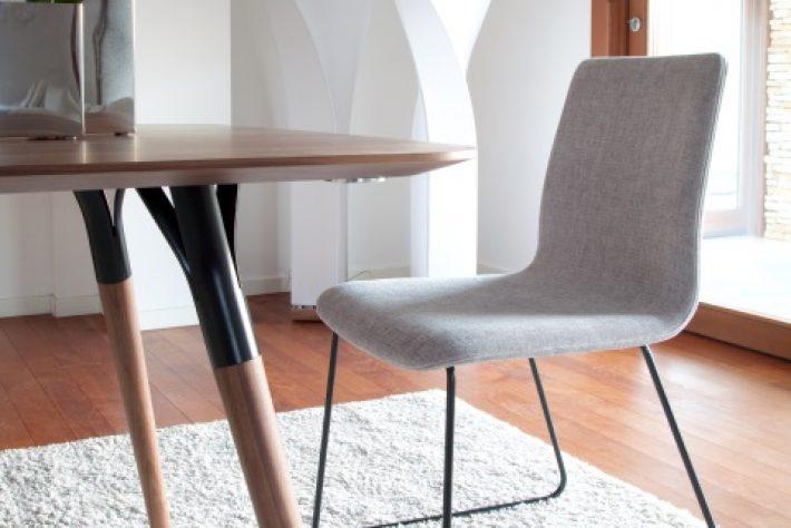 Stuhl mit schwarzen Kurven